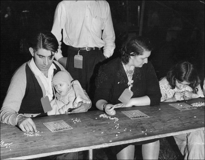 Una familia americana juega al bingo en la década de los 50. Foto: BBC