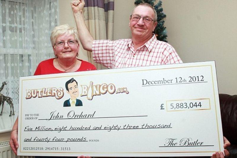 John con el premio de bingo